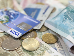 Зарплата перечисляется на банковскую карту работника
